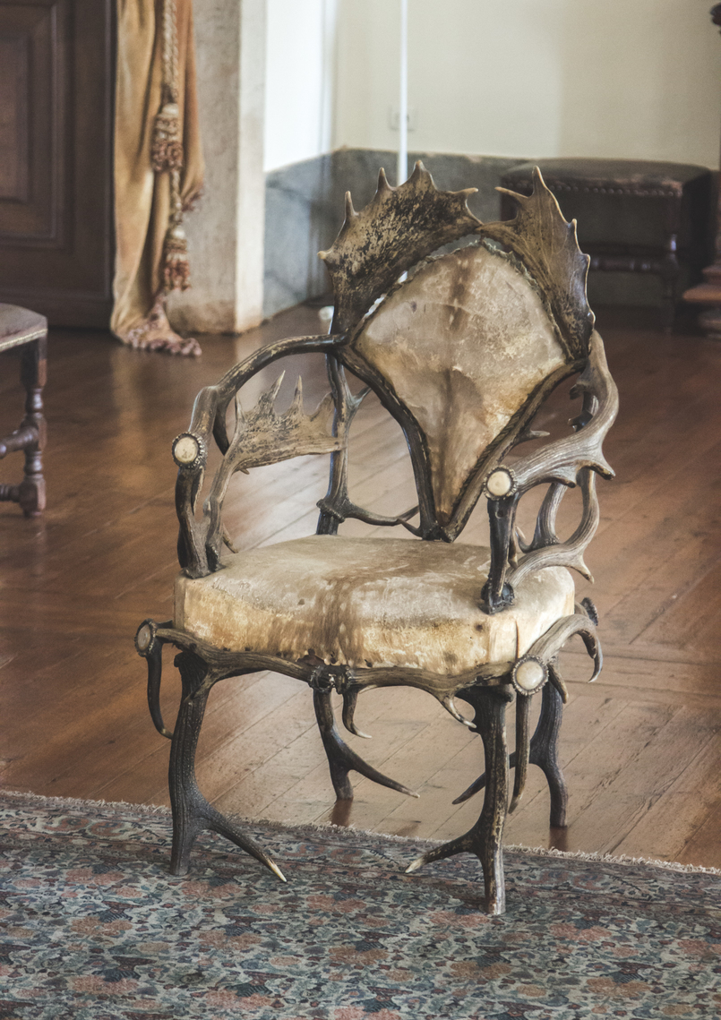 Le Fashionaire Mafra National Palace hunting room deer brown chair opulence rooms gold mafra national palace 5523 EN 805x1139