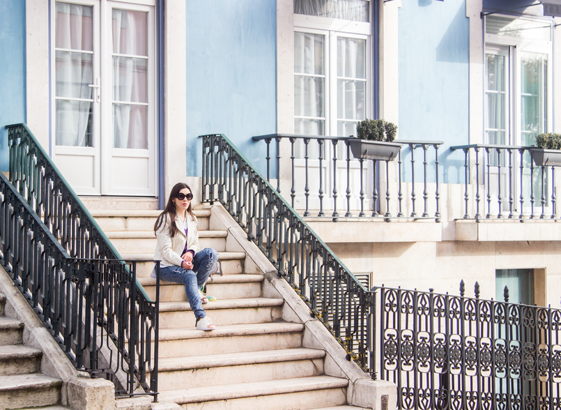 Le Fashionaire Make it happen lisbon street stairs white snake texture zara jacket denim ripped bershka jeans 6625 EN 805x588