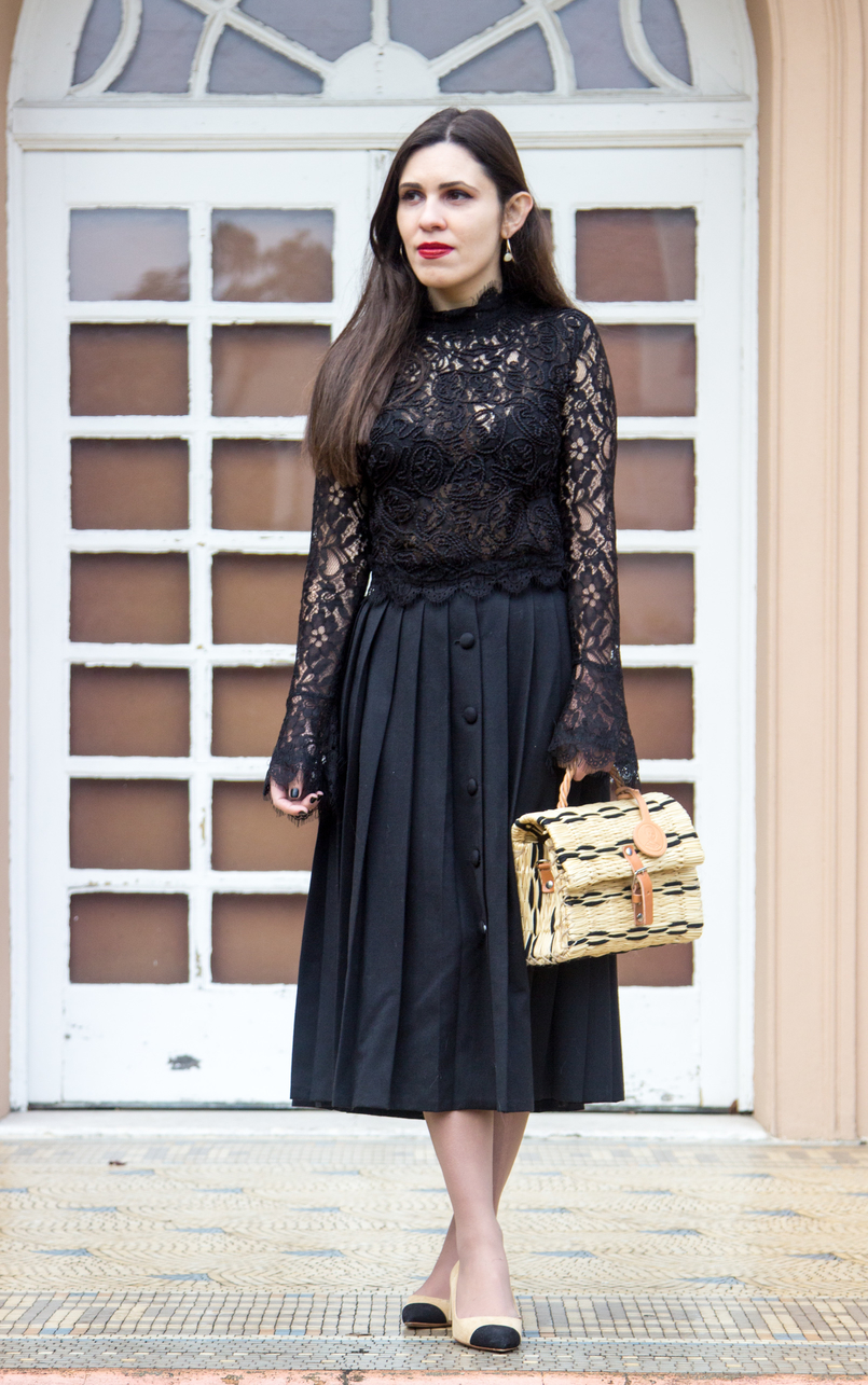 Le Fashionaire A skirt with history midi black vintage buttons pleated skirt white nude black pointed shoes zara chanel like straw trendy basket black leather buckle toino abel 7024 EN 805x1285