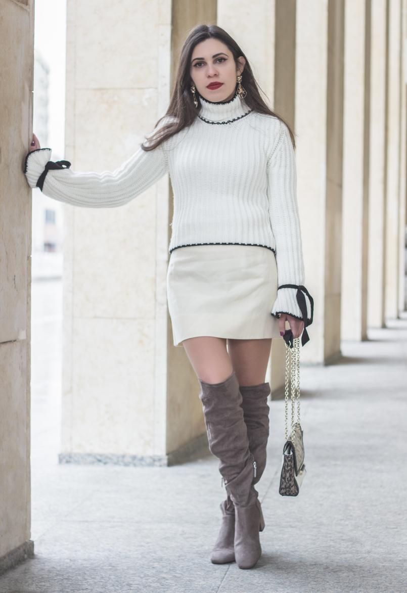 Le Fashionaire A coragem de ser diferente moda inspiracao camisola malha branca lacos pretos manga balao shein saia branca curta antiga botas cano alto joelho camurca bershka 0959 PT 805x1173