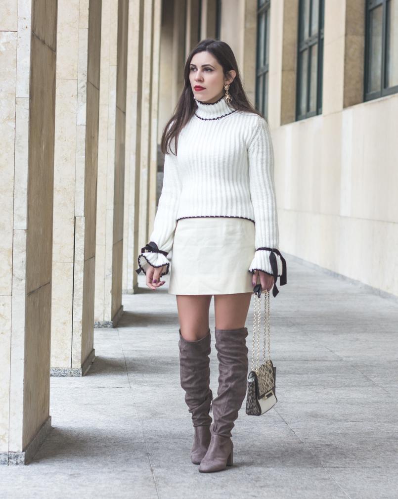 Le Fashionaire A coragem de ser diferente moda inspiracao camisola malha branca lacos pretos manga balao shein saia branca curta antiga botas cano alto joelho camurca bershka 0971 PT 805x1009