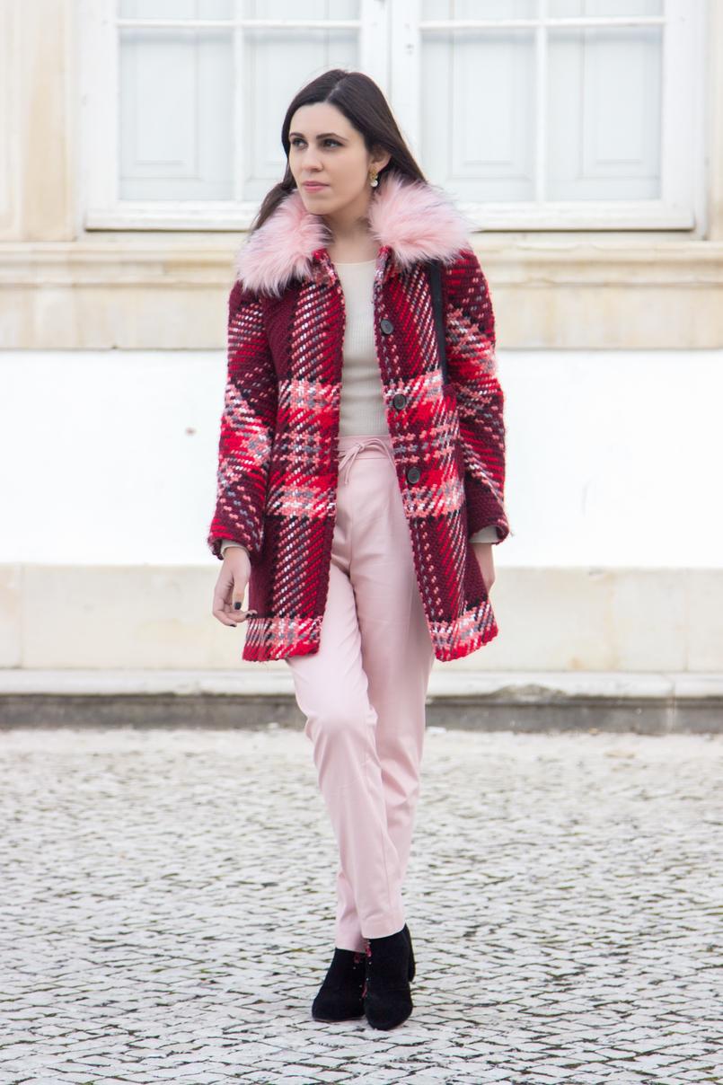 Le Fashionaire Como usar a tendência do vermelho e rosa moda inspiracao casaco la vermelho rosa gola pelo rosa zara calcas baggy rosa claro zara botins pretos flores bordadas vermelhas stradivarius 6587 PT 805x1208