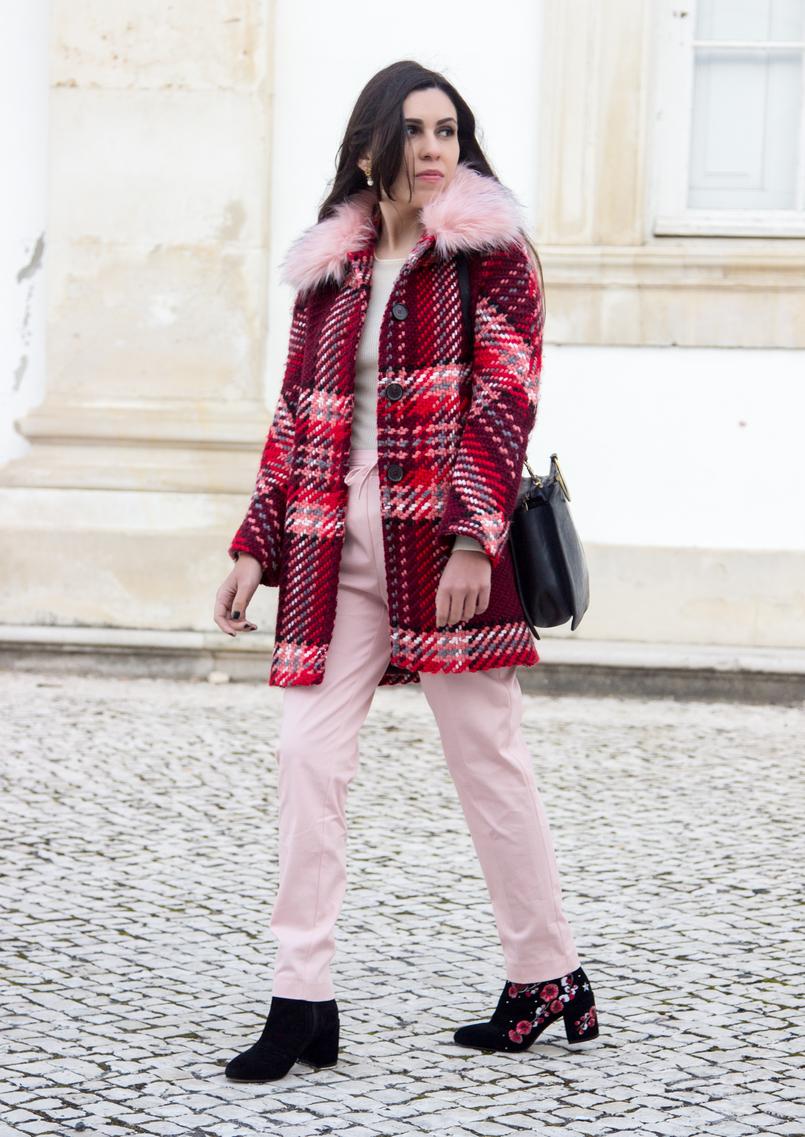 Le Fashionaire Como usar a tendência do vermelho e rosa moda inspiracao casaco la vermelho rosa gola pelo rosa zara calcas baggy rosa claro zara botins pretos flores bordadas vermelhas stradivarius 6596 PT 805x1137