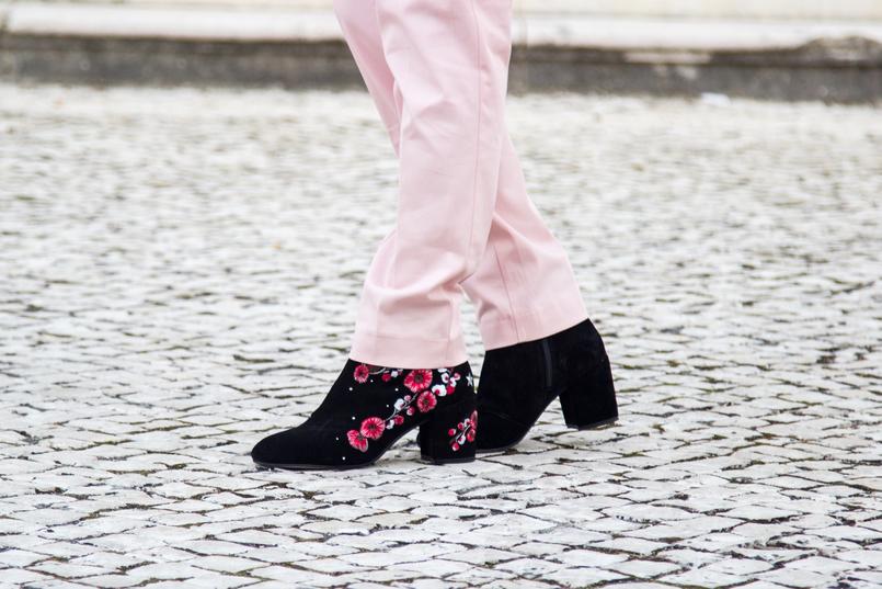 Le Fashionaire Como usar a tendência do vermelho e rosa moda inspiracao casaco la vermelho rosa gola pelo rosa zara calcas baggy rosa claro zara botins pretos flores bordadas vermelhas stradivarius 6603 PT 805x537