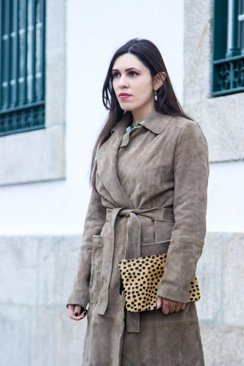 Le Fashionaire Eles vão julgar sempre moda inspiracao trench coat pele vaca castanho camel mango brincos cristal bege gotas swarovski clutch leopardo girafa estampado pelo pele sfera 7132 PT 805x1208