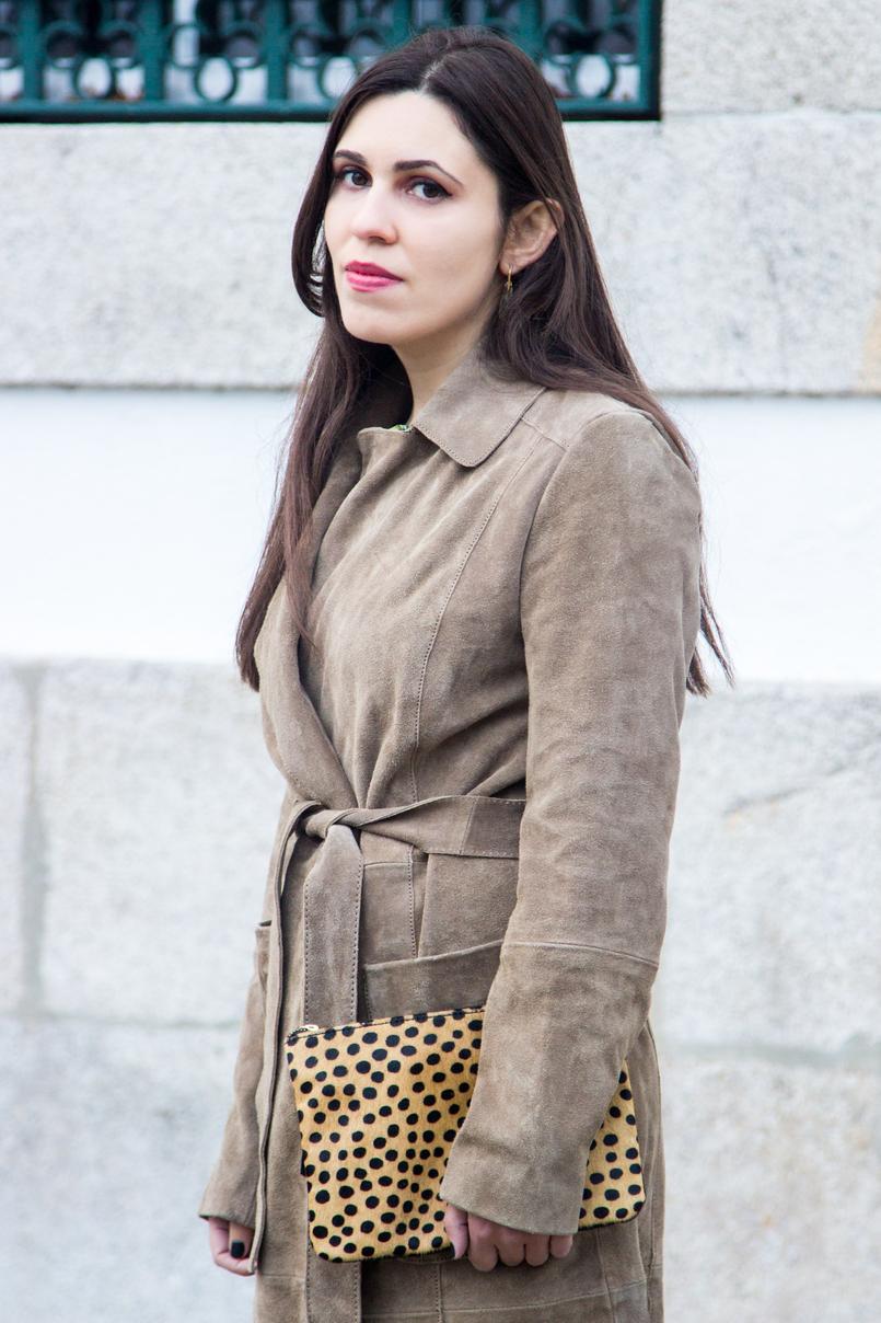 Le Fashionaire Eles vão julgar sempre moda inspiracao trench coat pele vaca castanho camel mango brincos cristal bege gotas swarovski clutch leopardo girafa estampado pelo pele sfera 7173 PT 805x1208