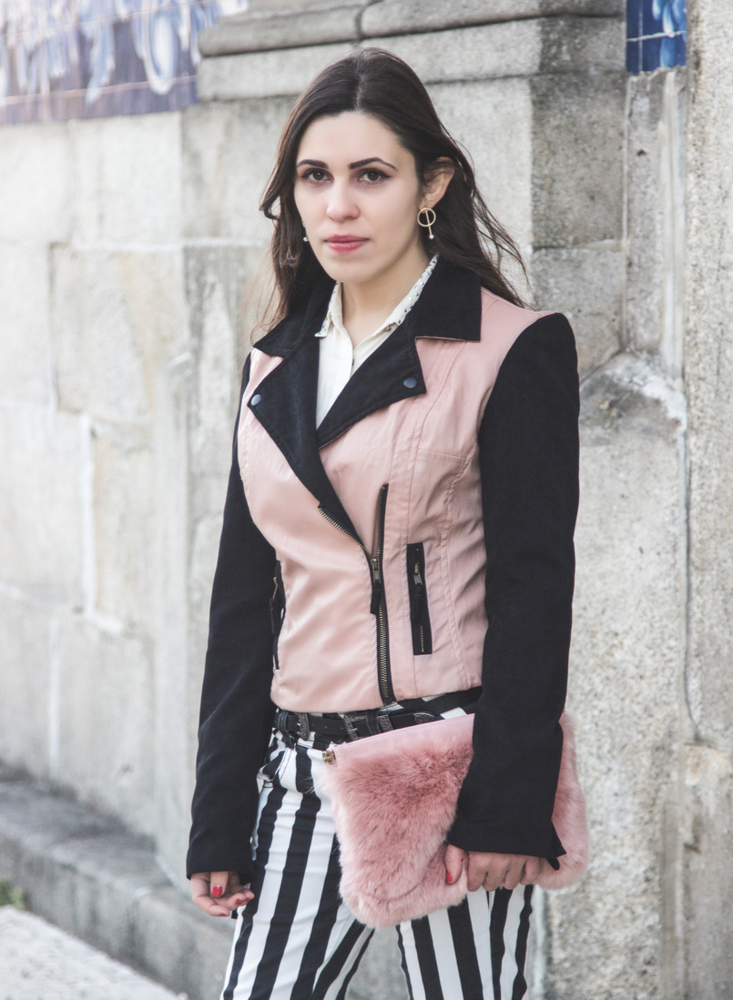 Le Fashionaire Finding Balance pale pink faux fur stradivarius clutch pale pink leather black sleeves bershka jacket black silver buckles stradivarius belt gold hoop hm earrings 8566 EN 805x1099
