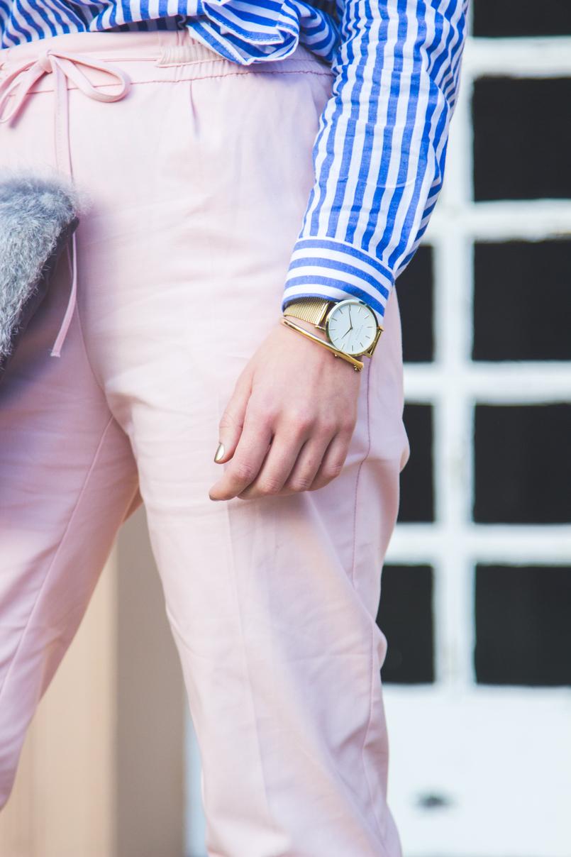 Le Fashionaire Silêncio relogio dourado rosefield blogueira catarine martins camisa riscas azul branca shein folhos calcas rosa claro baggy sporty zara 1870 PT 805x1208