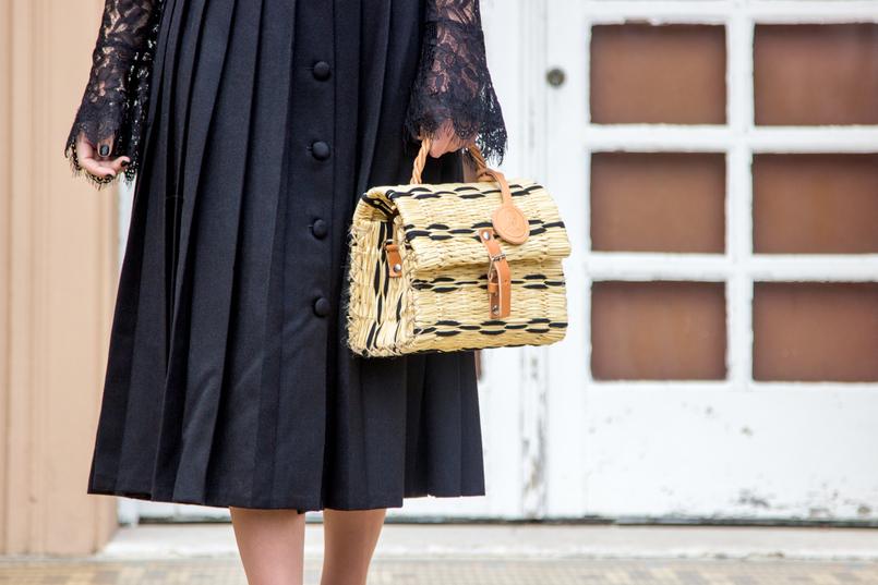 Le Fashionaire Uma saia com história saia midi preta pregas rodada vintage botoes blusa preta renda transparente zara cesta verga preta bege toino abel fivela pele 7033 PT 805x537