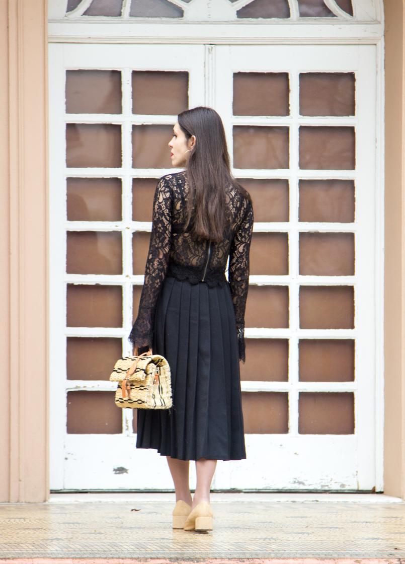 Le Fashionaire Uma saia com história saia midi preta pregas rodada vintage botoes blusa preta renda transparente zara sapatos brancos ponta preta beges estilo chanel zara 7045 PT 805x1120