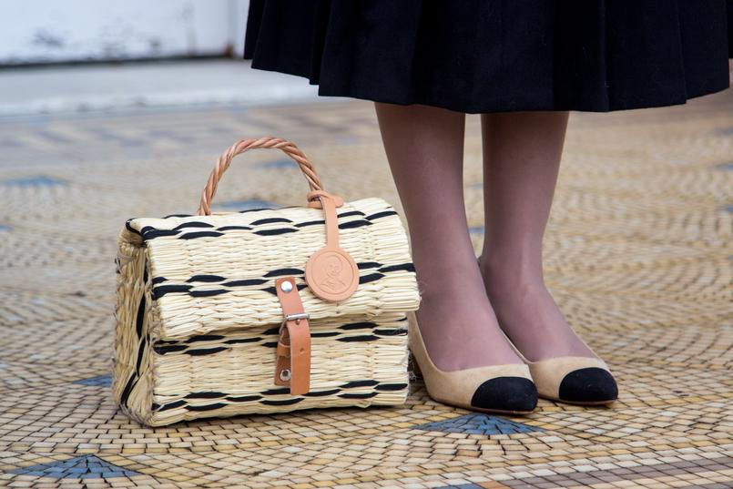 Le Fashionaire Uma saia com história saia midi preta pregas rodada vintage botoes sapatos brancos ponta preta beges estilo chanel zara cesta verga preta bege toino abel fivela pele 7068 PT 805x537
