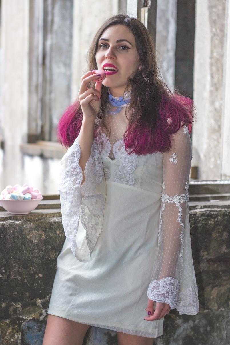 Le Fashionaire Sonhos cor de rosa vestido asos branco rendado eduardiano renda mangas sino laco azul spray rosa choque colorista loreal batom rosa choque flat out fabulous mac 1099 PT 805x1208