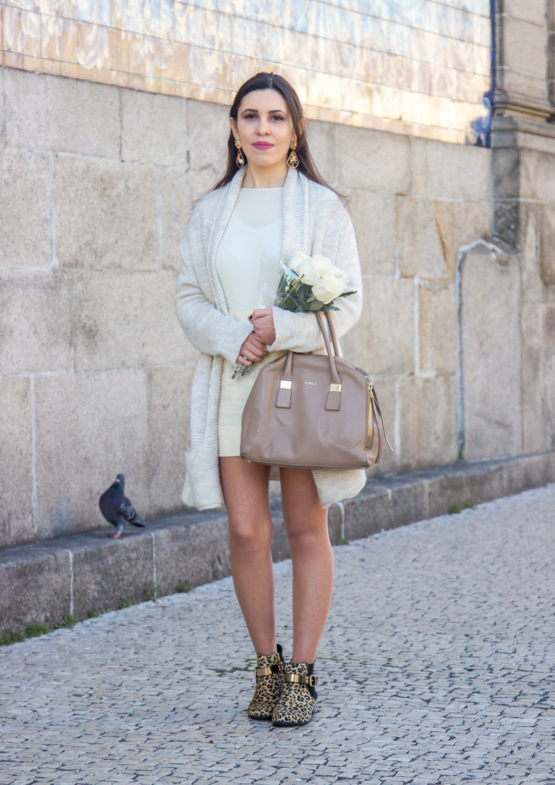 Le Fashionaire March is for fresh flowers white nude wool maxi cardigan leopard leather gold details asos ankle boots nude furla twiggy bag white beautiful fresh roses 3774 EN 805x1139