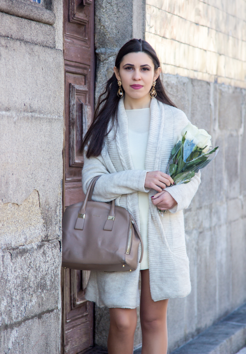 Le Fashionaire March is for fresh flowers white nude wool maxi cardigan nude furla twiggy bag big bold gold lion pearls stars moons mango earrings 3735 EN 805x1160