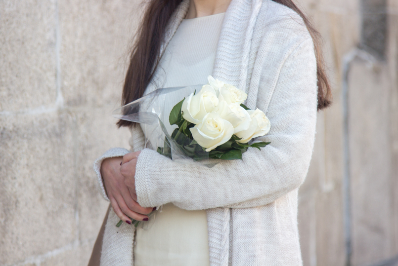 Le Fashionaire March is for fresh flowers white nude wool maxi cardigan white cashmere sweater mango ribbed nude white beautiful fresh roses 3765 EN 805x539