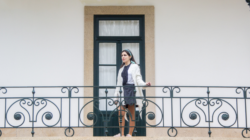 Le Fashionaire You have to let it go white wool long asymmetric vintage cardigan black fake leather front buttons zara skirt white black bow zara shirt blue pattern just cavalli scarf 7802F EN 805x450