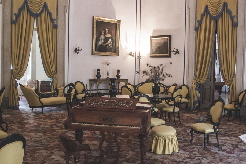 Le Fashionaire Mafra National Palace yellow room piano opulence rooms gold mafra national palace 5503 EN 805x537