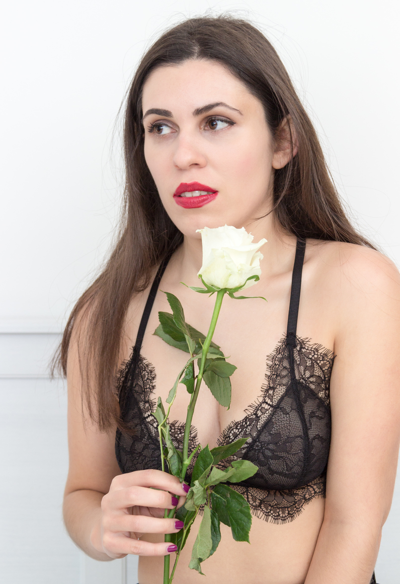 Le Fashionaire Pause blogger catarine martins fashion inspiration black lace mango bra white rose 1810 EN 805x1176