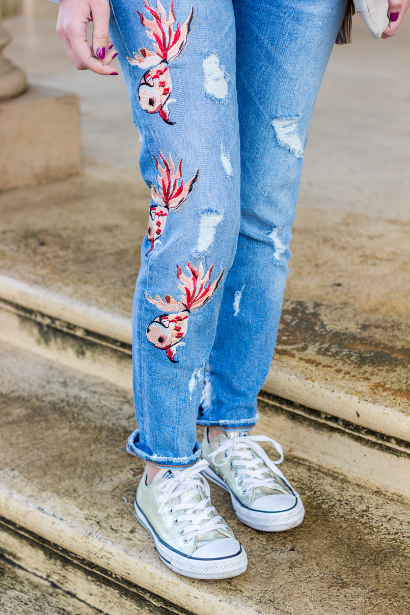 Le Fashionaire Embroidery and ruffles blogger catarine martins fashion inspiration denim fishes embroidered zara jeans gold converse all stars 0662 EN 805x1208