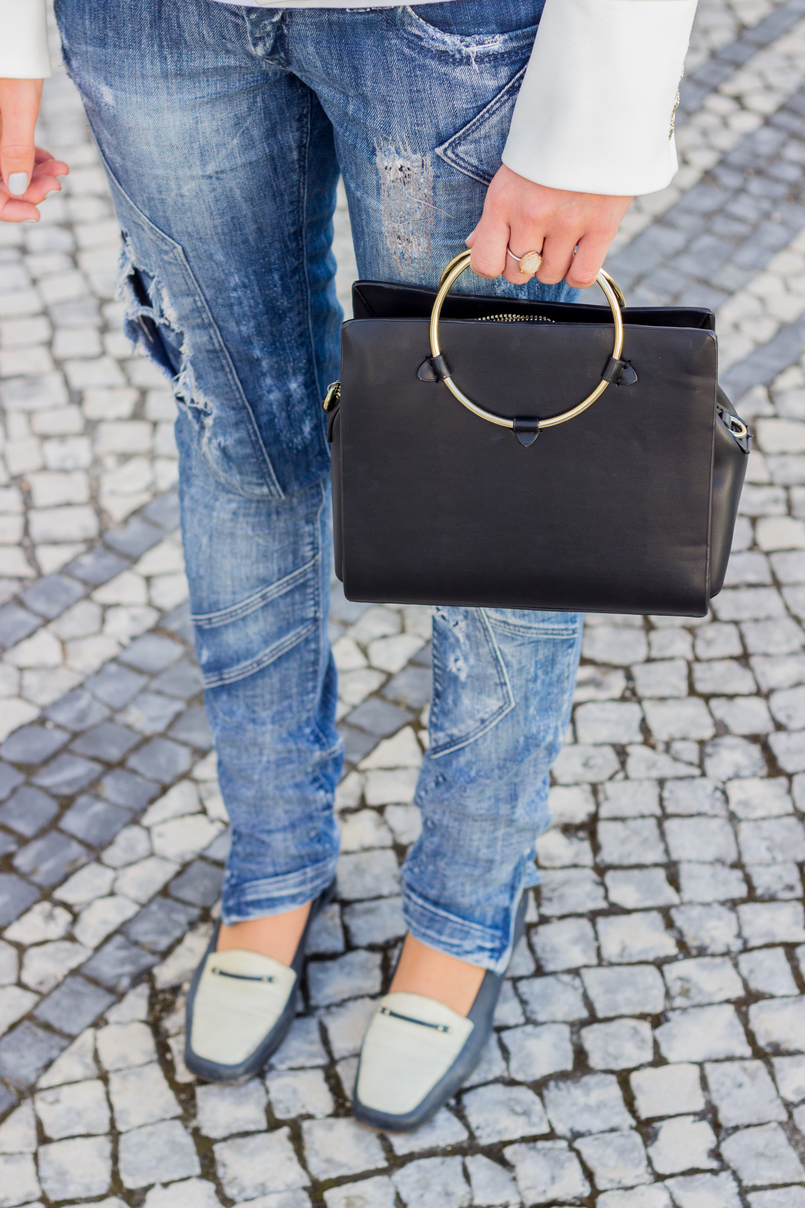Le Fashionaire Old School blogger catarine martins fashion inspiration ripped denim jeans bershka black white vintage shoes black gold hoop zara bag 2696 EN 805x1208
