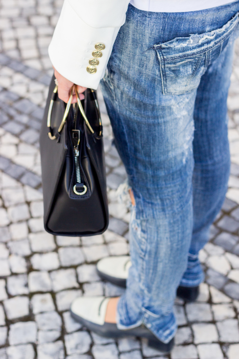 Le Fashionaire Old School blogger catarine martins fashion inspiration ripped denim jeans bershka black white vintage shoes black gold hoop zara bag 2699 EN 805x1208