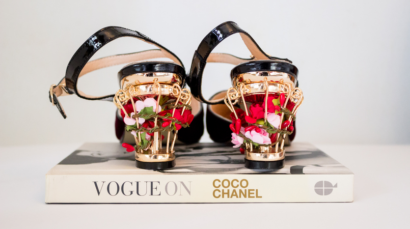 Le Fashionaire My Zaful shoes blogger catarine martins fashion inspiration shoes color wine velvet golden heels flowers ornate red zaful book vogue on coco chanel 5229F EN 805x450