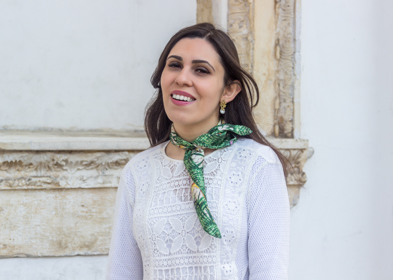 Le Fashionaire Scarf me blogger catarine martins white embroidered blouse zara scarf me printed green tropical fruits gold pearl leaf earrings 6534 EN 805x573
