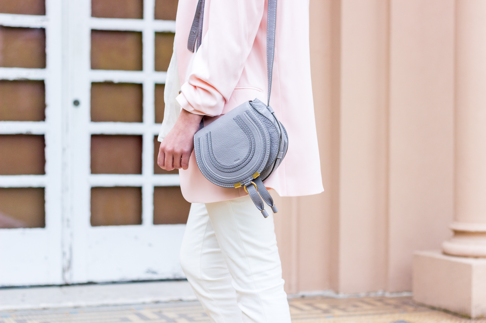 Le Fashionaire blogger catarine martins white zara trousers oversized pale pink hm blazer mini marcie gray chloe leather bag 0800 EN blogger catarine martins white zara trousers oversized pale pink hm blazer mini marcie gray chloe leather bag 0800 EN