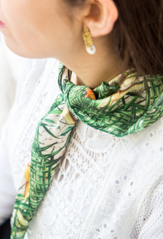 Le Fashionaire O acessório mais intemporal blogueira catarine martins blusa branca bordada manga comprida zara lenco verde estampado frutas tropical scarf me brincos dourados perola 6570 PT 805x1179