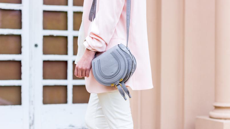 Le Fashionaire As cores pastel são o novo preto? blogueira catarine martins calcas brancas zara blazer oversized rosa claro hm mala chloe cinzenta mini marcie pele 0800F PT 805x450