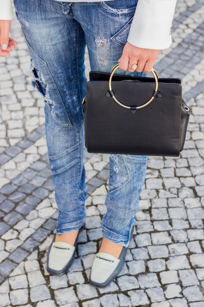 Le Fashionaire Old School blogueira catarine martins moda inspiracao calcas ganga rasgadas bershka sapatos pretos brancos antigos mala preta zara argola dourada 2696 PT 805x1208