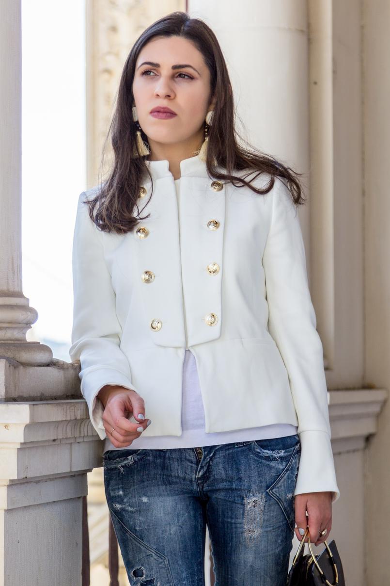 Le Fashionaire Old School blogueira catarine martins moda inspiracao casaco branco zara militar botoes dourados brincos brancos franjas castanho grandes mango 2652 PT 805x1208