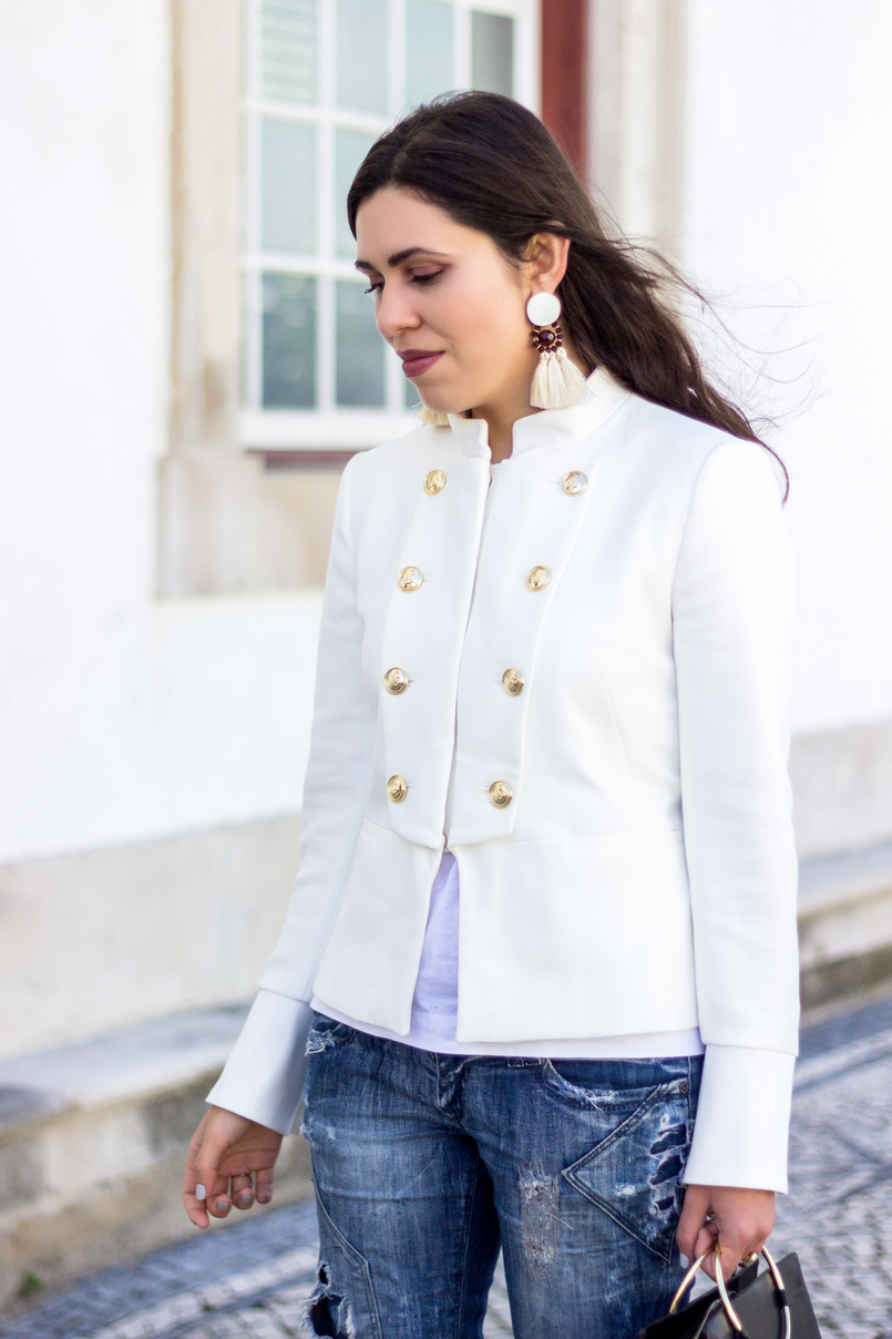Le Fashionaire Old School blogueira catarine martins moda inspiracao casaco branco zara militar botoes dourados brincos brancos franjas castanho grandes mango 2690 PT 805x1208