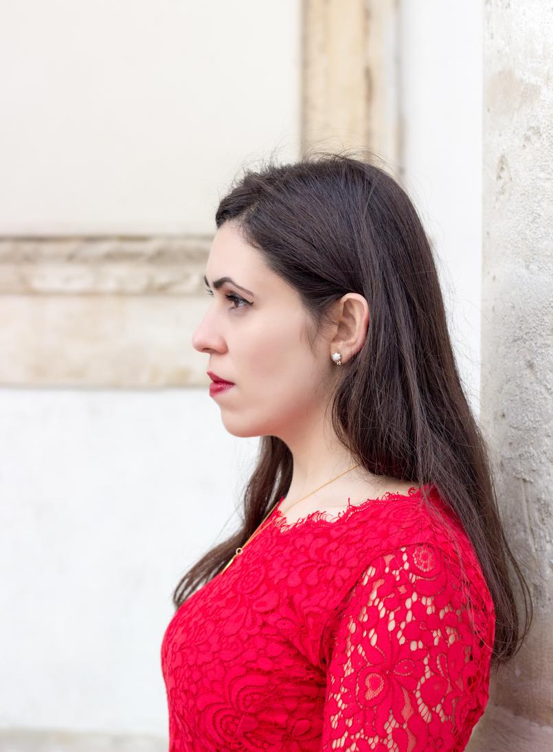 Le Fashionaire Fala me de amor blogueira catarine martins moda inspiracao vestido vermelho midi renda hm colar dourado madre perola prata cinco 0067 PT 805x1094