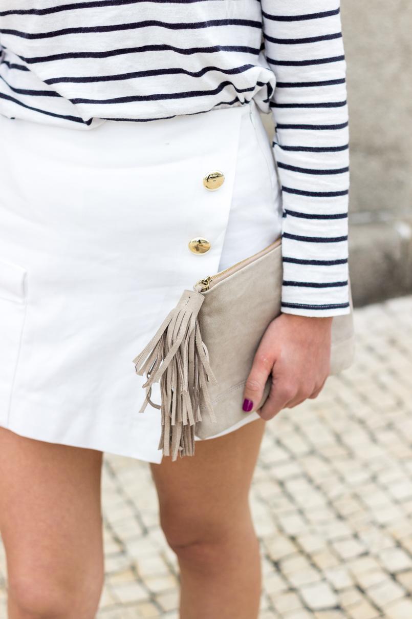 Le Fashionaire Como criar um look chic com sapatilhas blusa riscas branca preta manga comprida stradivarius calcoes brancos botoes dourados zara clutch pele bege sfera 0560 PT 805x1208