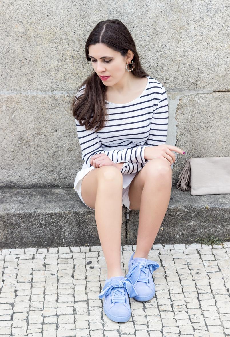 Le Fashionaire Como criar um look chic com sapatilhas blusa riscas branca preta manga comprida stradivarius sapatilhas puma suede heart fitas veludo lavanda brincos circulo flores mango 0579 PT 805x1181