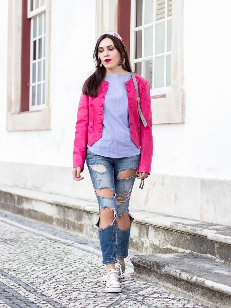 Le Fashionaire As pessoas que nos movem calcas ganga rasgadas bershka blusao rosa choque botoes antigo camisa azul riscas finas verticais brancas zara all stars converse dourado 9504 PT 805x1076