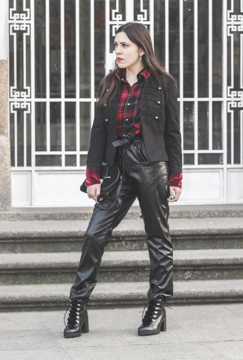 Le Fashionaire Rodeia te de quem te faz ser melhor camisa vermelha xadrez zara casaco militar vermelho preto veludo stradivarius botas pretas altas estilo militar stradivarius 1951 PT 805x1191