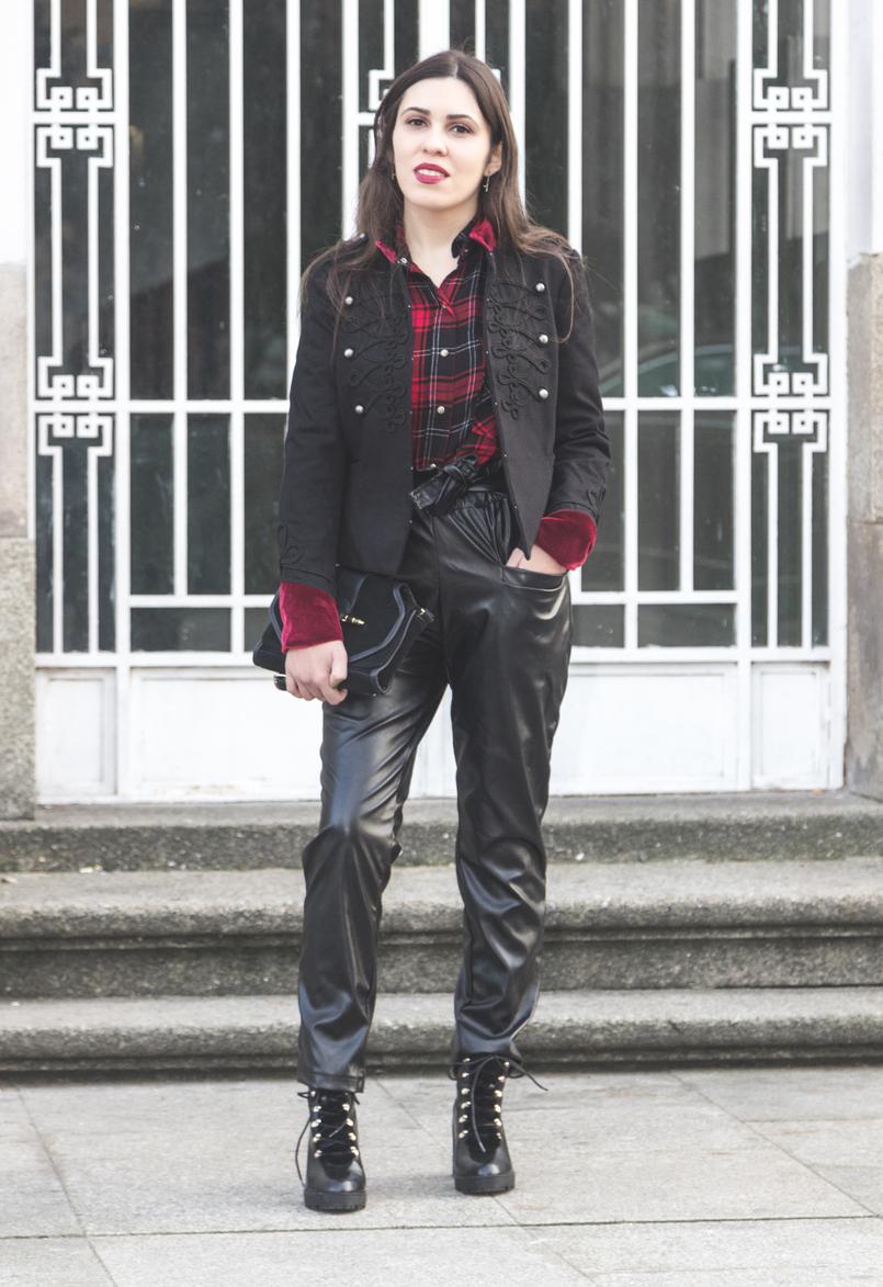 Le Fashionaire Rodeia te de quem te faz ser melhor casaco militar vermelho preto veludo stradivarius calcas pretas vinyl cintura alta shein botas pretas altas estilo militar stradivarius 1923 PT 805x1173