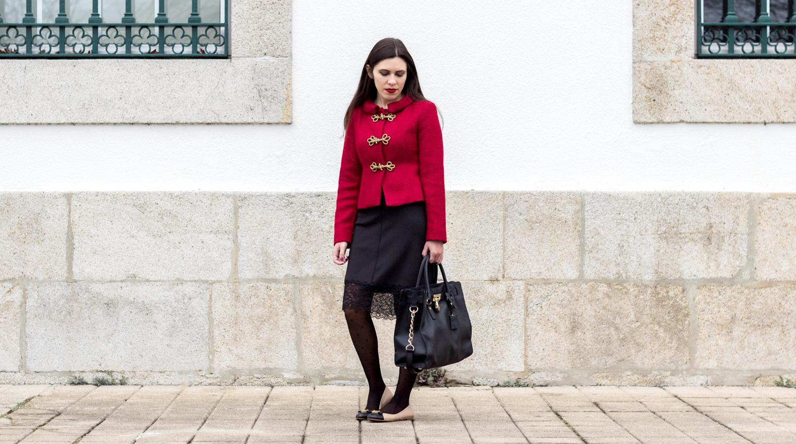 Le Fashionaire Hoje é para viver casaco vermelho pormenores dourado militar lanidor vestido preto lingerie renda zara mala preta hamilton michael kors 0912F PT