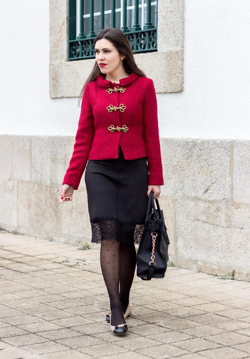 Le Fashionaire Hoje é para viver casaco vermelho pormenores dourado militar lanidor vestido preto lingerie renda zara meias bolinhas pretas calzedonia 0891 PT 805x1156