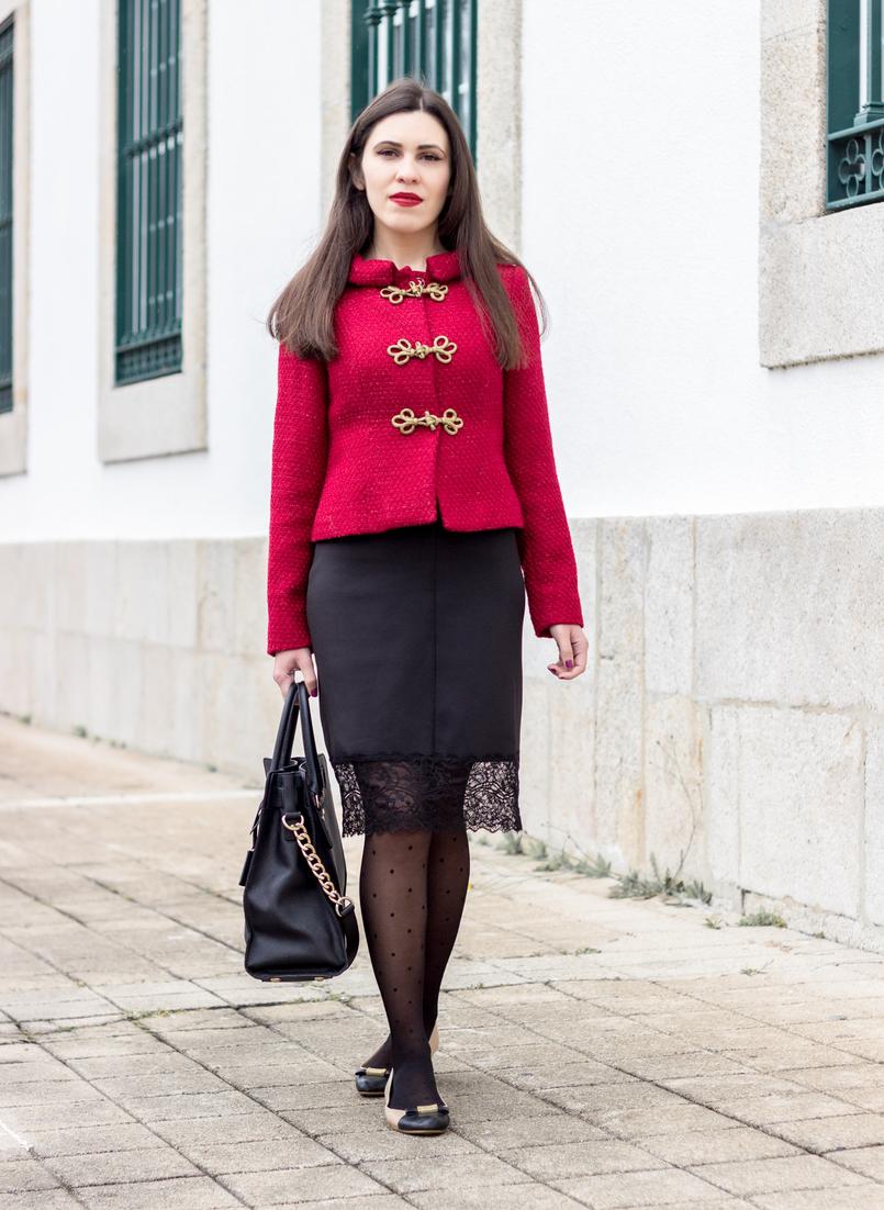 Le Fashionaire Hoje é para viver casaco vermelho pormenores dourado militar lanidor vestido preto lingerie renda zara meias bolinhas pretas calzedonia 0929 PT 805x1102