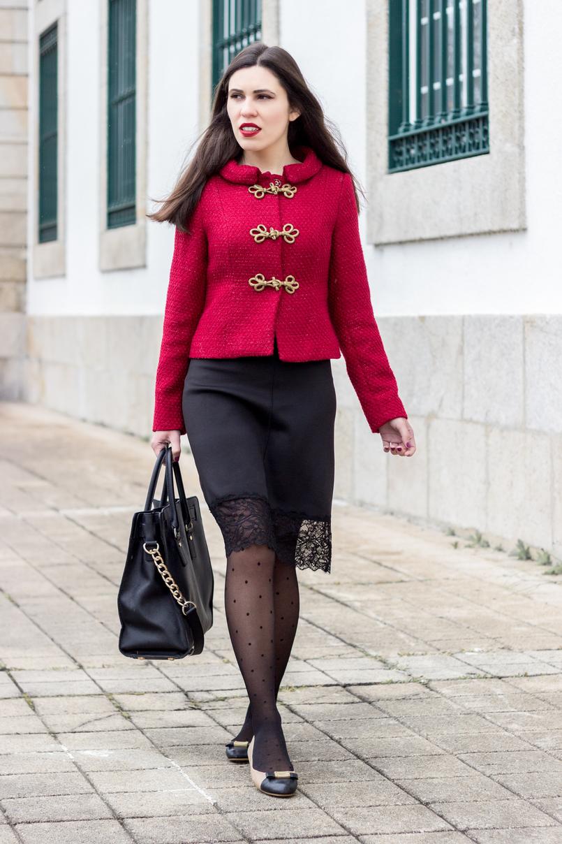 Le Fashionaire Hoje é para viver casaco vermelho pormenores dourado militar lanidor vestido preto lingerie renda zara meias bolinhas pretas calzedonia mala preta hamilton michael kors 0940 PT 805x1208
