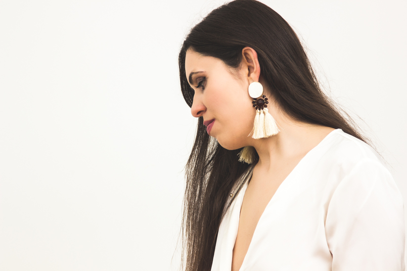 Le Fashionaire On trend: Statement Earrings earrings blogger catarine martins fashion inspiration white fringes brown detail mango 1256 EN 805x537