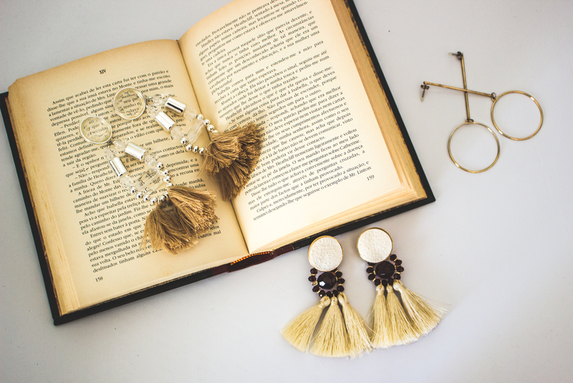 Le Fashionaire On trend: Statement Earrings earrings pale pink long fringes pvc hm gold hoop long hm old book lion pearl bold gold vintage mango 5335 EN 805x538