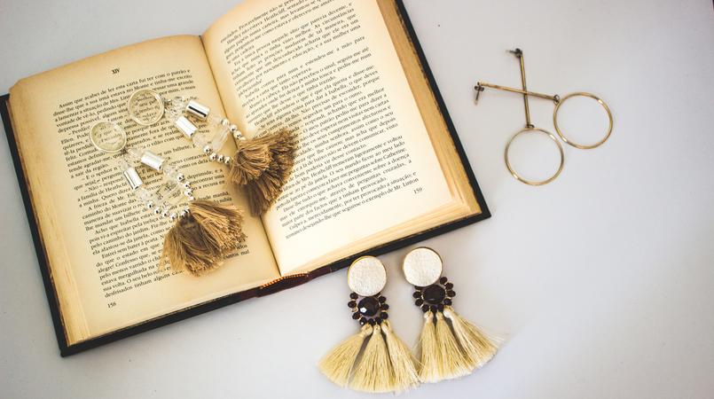 Le Fashionaire On trend: Statement Earrings earrings pale pink long fringes pvc hm gold hoop long hm old book lion pearl bold gold vintage mango 5335F EN 805x450
