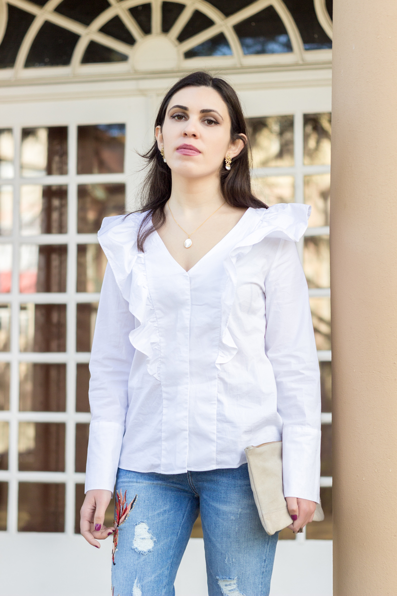 Le Fashionaire Embroidery and ruffles fashion inspiration denim fishes embroidered zara jeans white ruffle shirt mango gold marble necklace cinco leather nude clutch sfera 0671 EN 805x1208