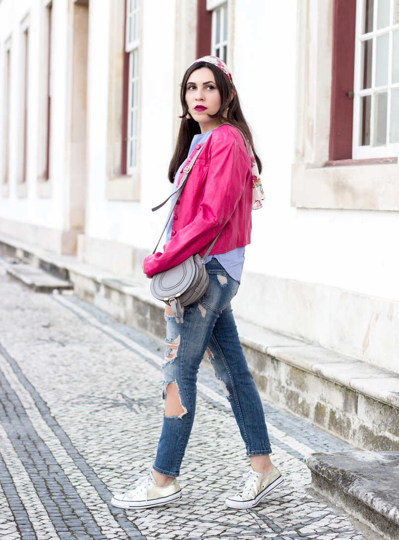 Le Fashionaire The people who matter to us fashion inspiration denim ripped bershka jeans pink old buttons jacket mini marcie gray leather chloe gold all stars converse 9492 EN 805x1088