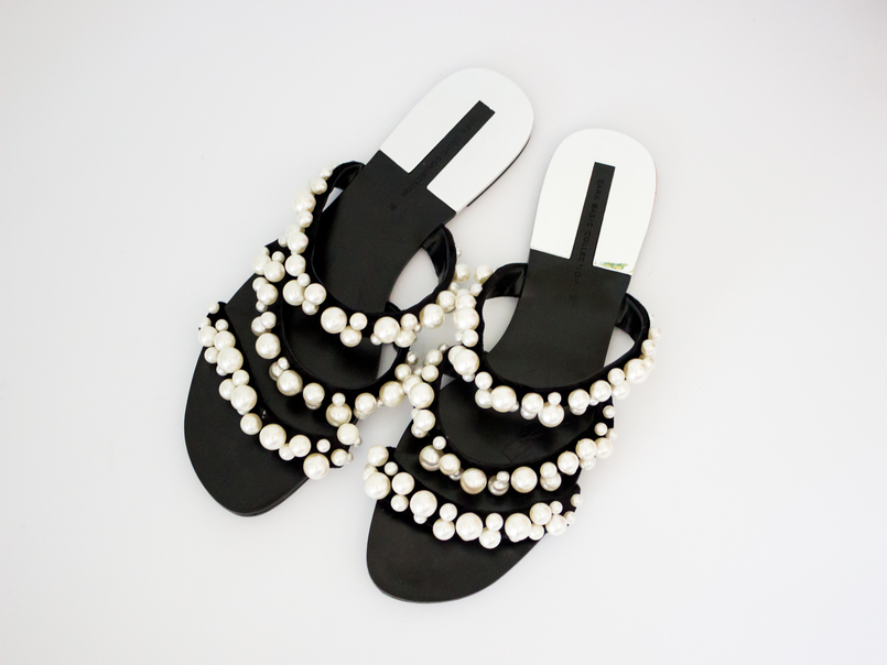 Le Fashionaire The Zara Flip Flops you need now fashion inspiration flip flops black white pearls strips zara 5480 EN 805x604
