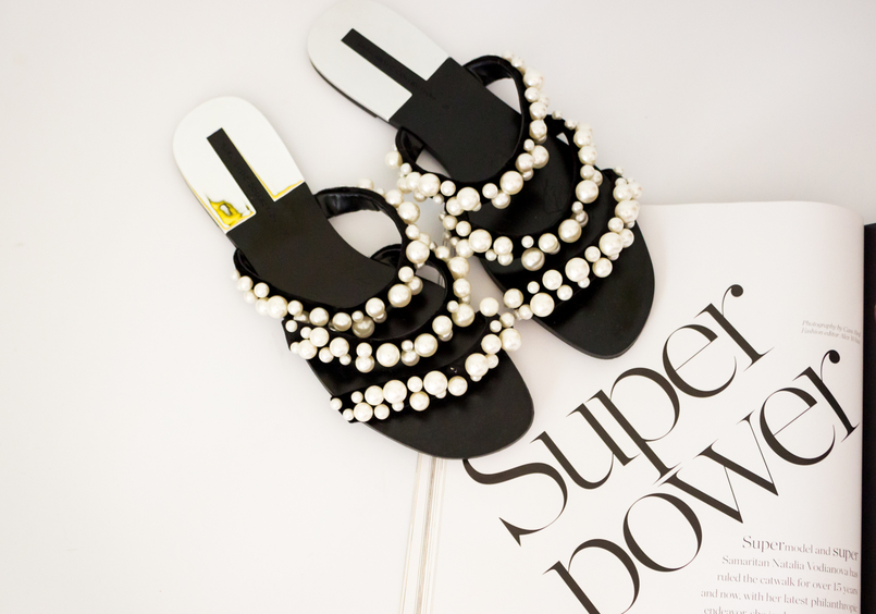 Le Fashionaire The Zara Flip Flops you need now fashion inspiration flip flops black white pearls strips zara porter magazine 5491 EN 805x564